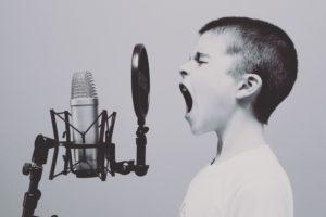 Enfant crie au micro